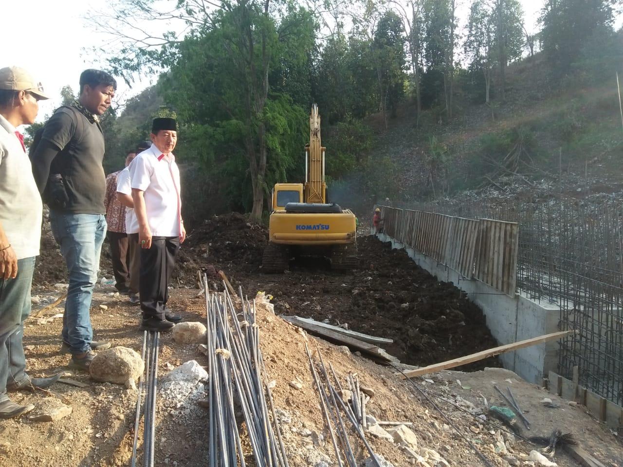 Walikota Bandar Lampung Herman HN saat mengecek proses pengerjaan dinding penahan sampah di TPA Bakung, Jumat (1/11).